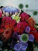 Rouwbloemstuk met felle kleuren